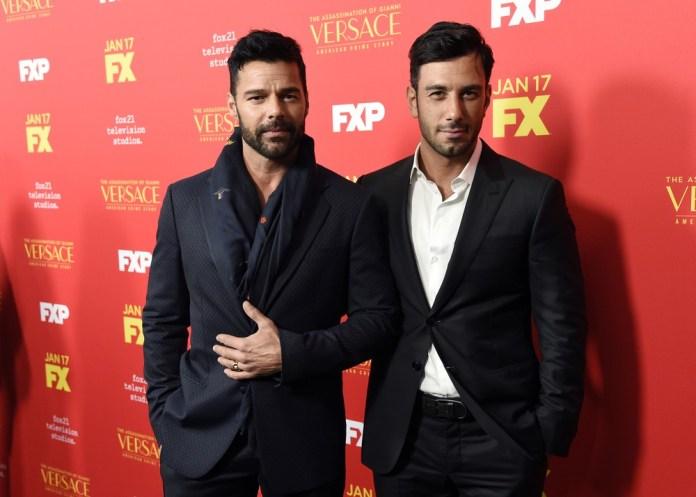 """Ricky Martin com o marido, Jwan Yosef, durante lançamento de temporada da série """"The Assassination of Gianni Versace: American Crime Story"""" (Foto: Chris Pizzello/Invision/AP)"""