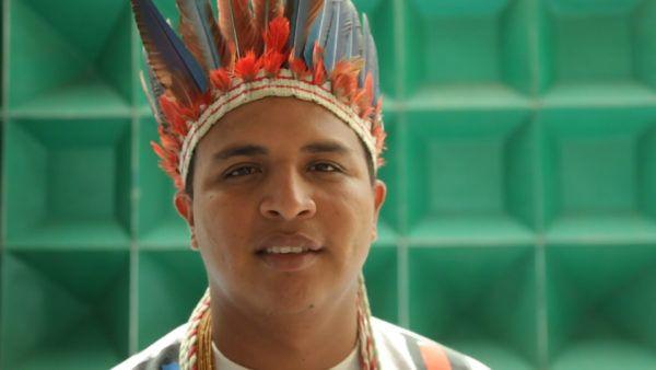 """""""A gente já sofre preconceito por ser indígena, já sofre o racismo, né? Então você ser indígena e ser um LGBT é sofrer um preconceito duplo"""", diz Erisvan Bone. Foto: André Oliveira/Agência Pública"""