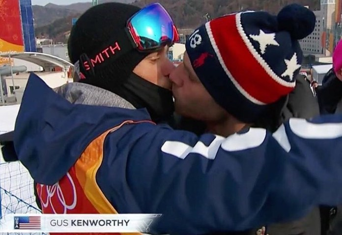 O primeiro beijo gay olímpico televisionado ao vivo aconteceu durante uma competição de esquiem Pyeongchang.Kenworthy protagonizou a cena com o namorado Matthew Wilkas