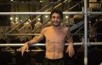 Sem camisa, Caio Blat esbanja simpatia em noite de estreia – AgNews