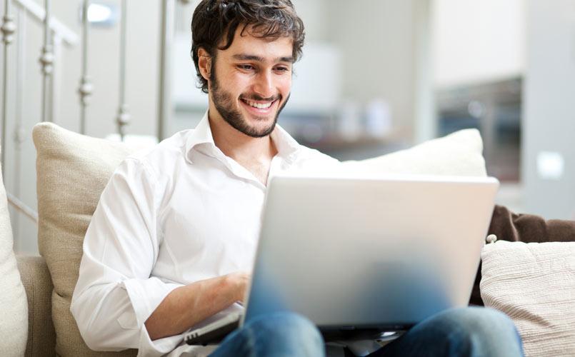 1 em cada 4 homens héteros assiste pornografia gay, segundo site YouPorn