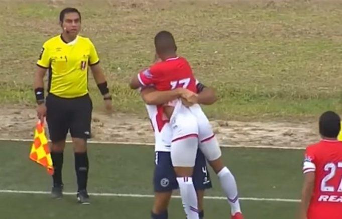 Após briga, jogador de futebol beija na boca do adversário em campo; assista