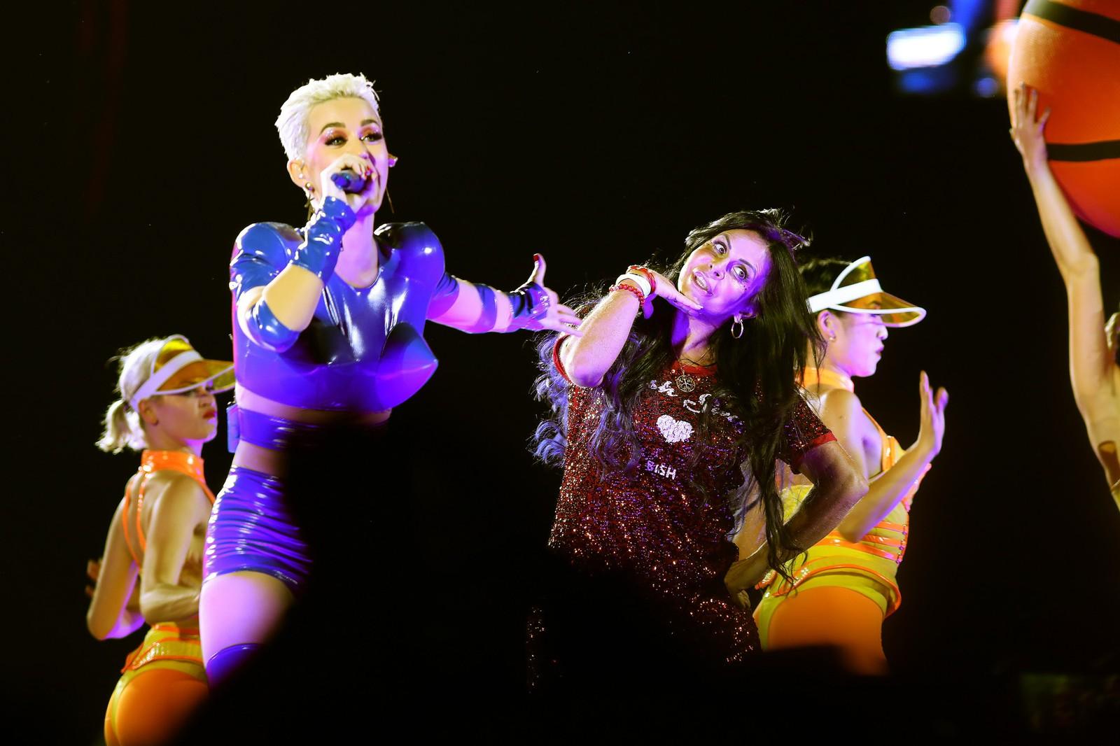 Em São Paulo, Katy Perry convida Gretchen para o palco em Swish Swish; assista