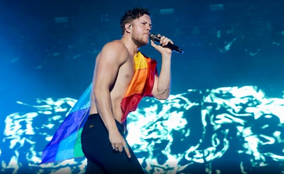 Dan Reynolds, vocalista do Imagine Dragons, assuntou sobre igualdade, depressão e armas