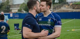 """""""Victory kiss"""". Reprodução Twitter - Simon Dunn rúgbi"""