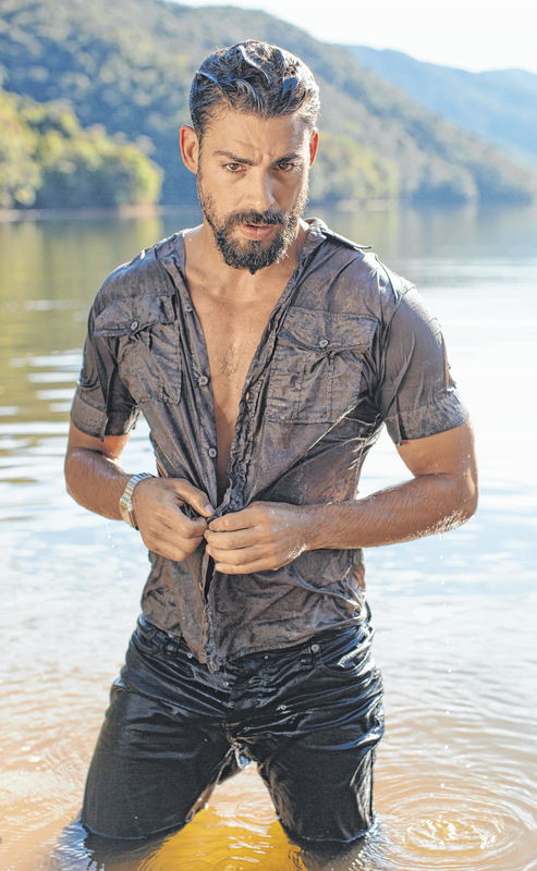 Cauã Reymond veste Colcci na capa da revista GQ  (Gleeson Paulino)