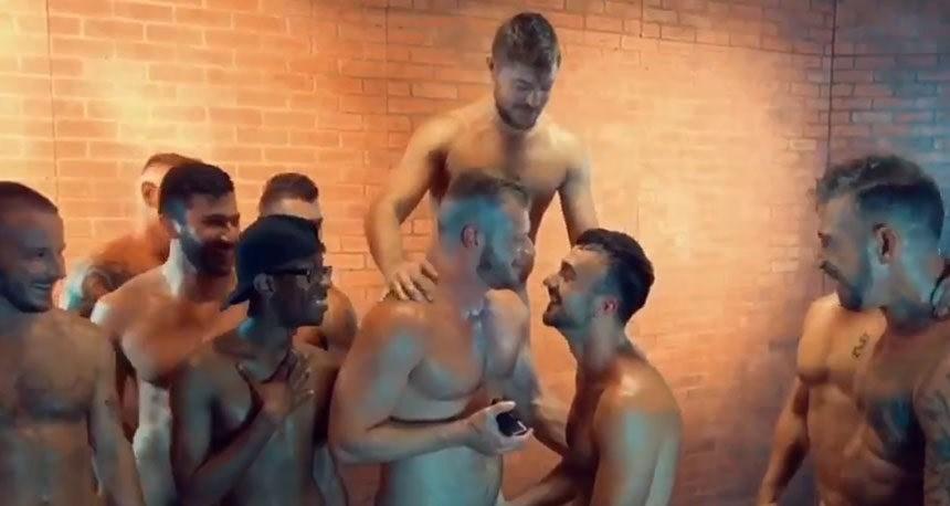 Ator pornô é pedido em casamento após cena de gang bang