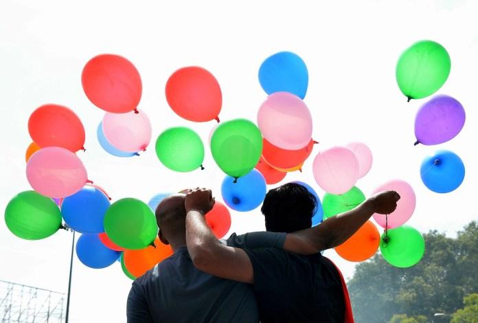 Indianos comemoraram decisão da Suprema Corte que decidiu nesta quinta-feira (6) descriminalizar a homossexualidade no país (Foto: ManjunathKiran/AFP)