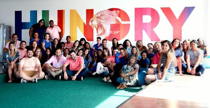 A empresa convidou os seus colaboradores a irem trabalhar: homens de rosa e mulheres de azul.Foto: Hurb