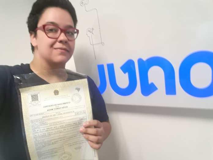 Coincidentemente, Adam pegou sua nova certidão de nascimento com seu nome social no dia da entrevista. Foto: arquivo pessoal