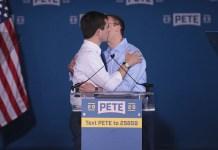 Durante o evento, Buttigieg citou seu marido por diversas vezes e ainda o beijou, em meio aos aplausos da plateia. pete gay