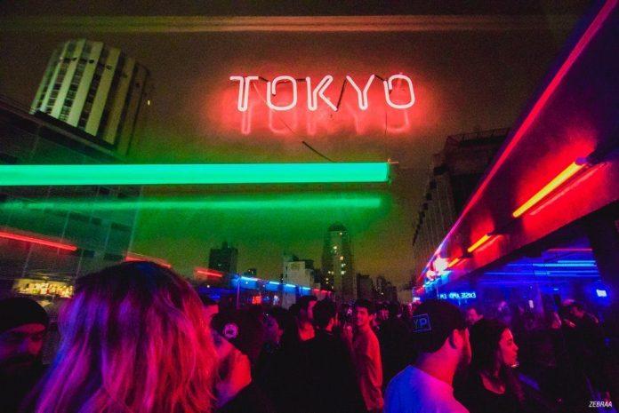 Tokyo é um complexo de nove andares oferece bar, karaokê, restaurante, exposições, cinema, teatro, instalações e, claro, pista de dança.