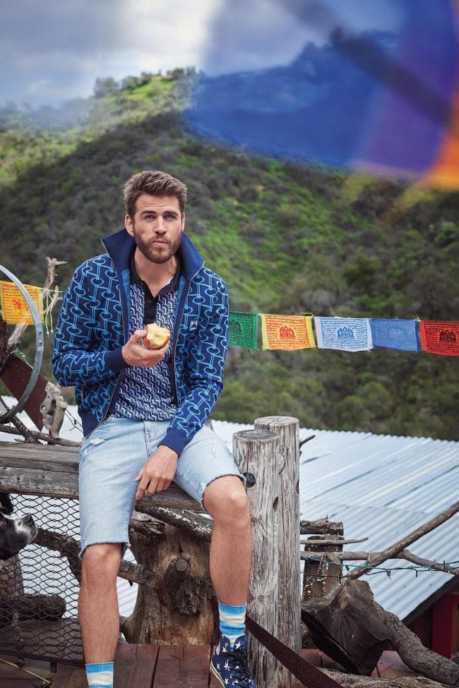 Jacket, 2199 dólares, e camiseta, 973 dólares, ambos pela Prada na Barneys New York; shorts, 261 dólares, pela Frame na Barneys New York; meias, aproximadamente 56 dólares, pelo Sr. P na Mr Porter; tênis, 120 dólares, pela Converse