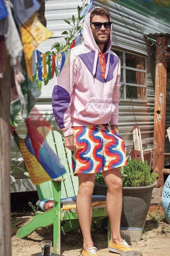 Hoodie, US $ 684, de Isabel Marant na Barneys New York; calções de banho, US $ 493, de Dries Van Noten na Barneys New York; tênis de US $ 99,99, da Vans; e óculos de sol, US $ 683, de Jacques Marie Mage.