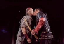 Guitarristas do Rammstein se beijam em protesto a leis anti-LGBT na Rússia