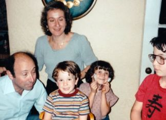 A Família Mason com os três filhos era, aparentemente, uma tradicional família religiosa de Los Angeles. (Foto:Reprodução) pornô gay