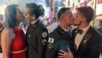 O beijo gay entre os dois membros da PM causou polêmica e Ministério Público investigará homofobia (Foto: Reprodução)