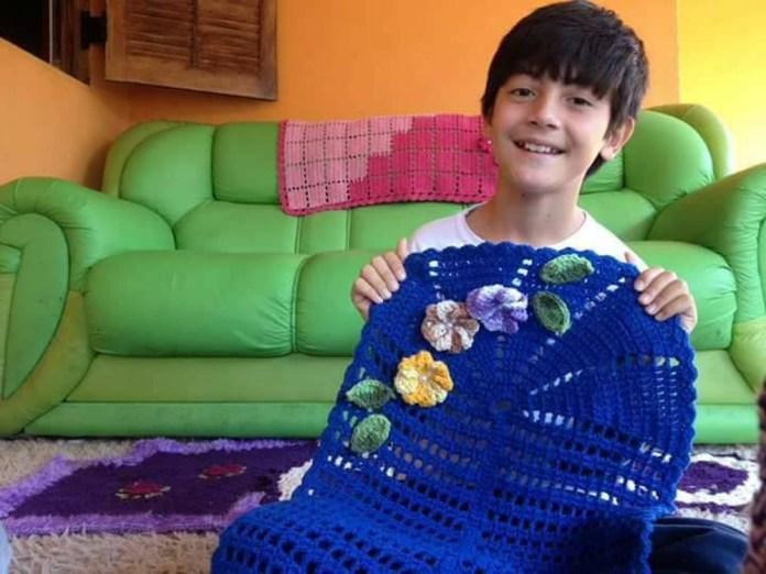Menino de 12 anos afirma que costurar crochê é sua paixão — Foto: Arquivo Pessoal/Junior Silva