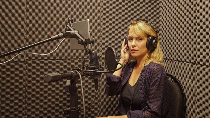 A atriz Fernanda Nobre dá voz à obra O Efeito Urano Divulgação