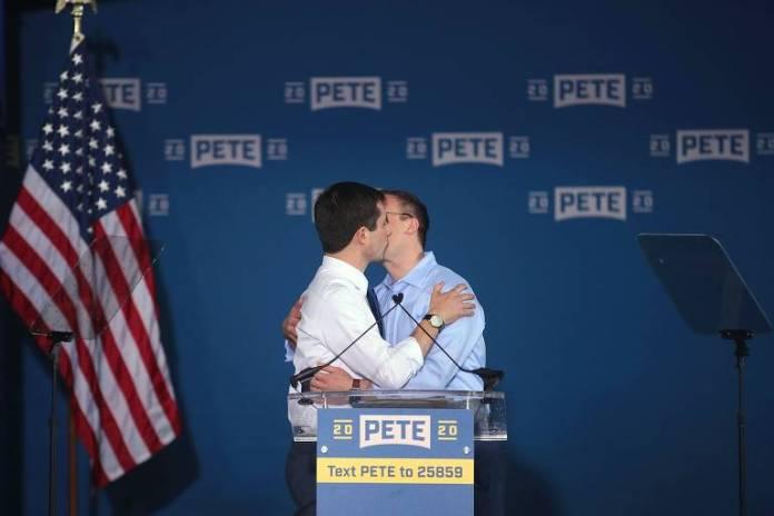 Pete e seu marido se beijam durante as campanhas (Foto: Reprodução)