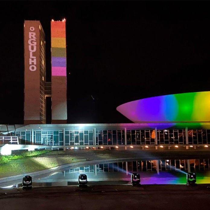 Pela primeira vez, Congresso Nacional ganha cores do arco-íris em homenagem a LGBT+
