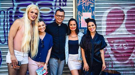 """Padre lança clipe com trans e prostitutas: """"Precisamos viver o amor e a misericórdia"""""""