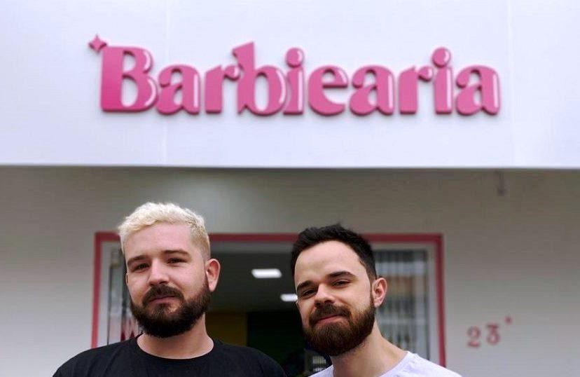 """Após notar situações homofóbicas em barbearias, casal cria """"Barbiearia"""""""