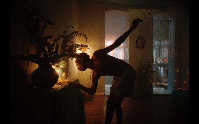 Novo clipe de Afrocidade traz protagonismo de casal gay