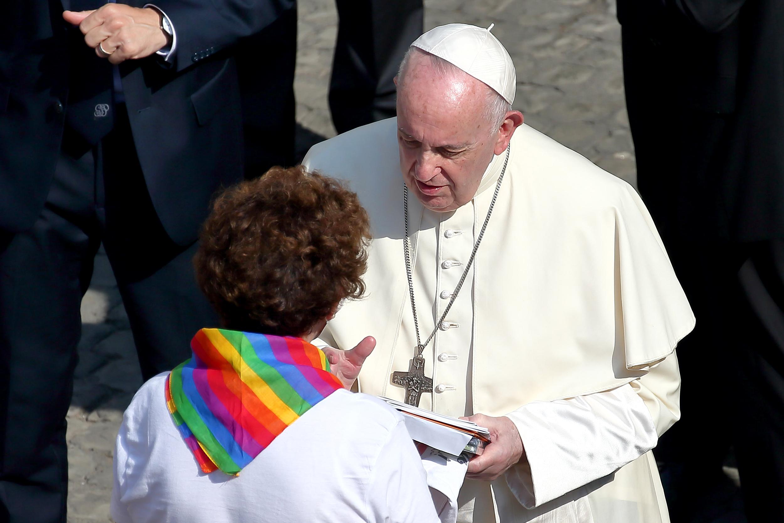 """Papa está """"muito machucado"""" por proibição a uniões homoafetivas, diz chileno"""