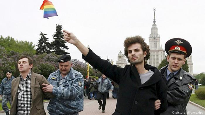 Rússia formaliza homofobia governamental e proíbe casamento e adoção por casais LGBT