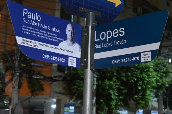 Placas da Rua Ator Paulo Gustavo estão sendo instaladas em Niterói