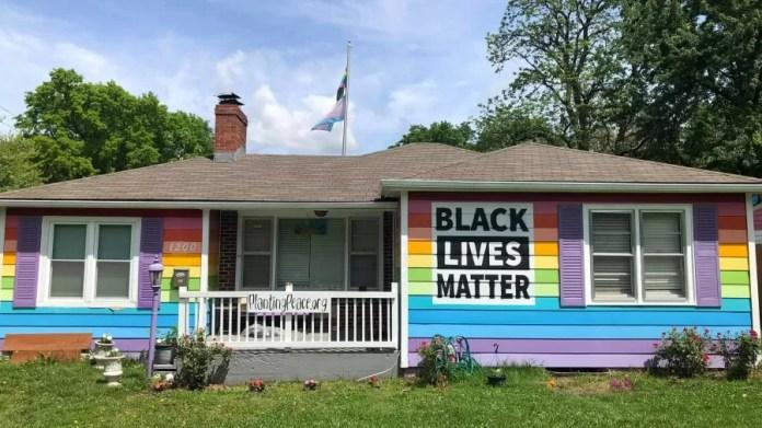 Em frente a uma igreja homofóbica, ONG pinta imóvel com cores da bandeira LGBT+