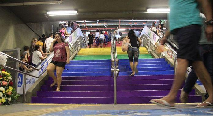 Estações de metrô de Salvador têm escadarias pintadas com cores do arco-íris