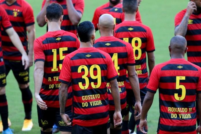Jogadores do Sport entram em campo com homenagem ao ex-BBB Gilberto Nogueira, após ataques homofóbicos de um conselheiro do clube — Foto: Marlon Costa/Pernambuco Press