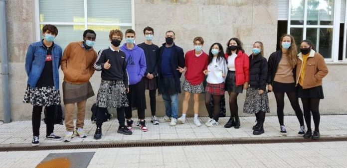Professores usam saias após colégio expulsar aluno pela vestimenta