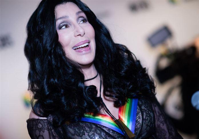 """Jornal da TV Cultura abre exceção e encerra com """"Believe"""" da Cher"""