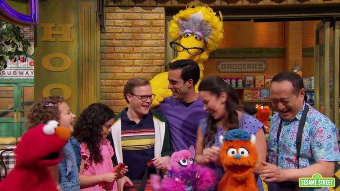 Programa infantil Vila Sésamo tem episódio com dois pais gays para celebra Mês do Orgulho