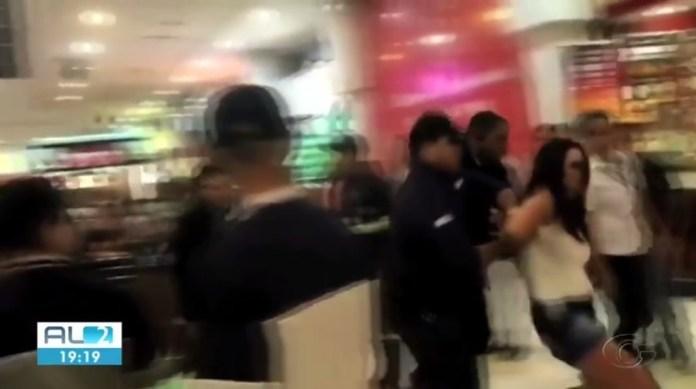 Imagens divulgadas nas redes sociais mostram Lanna Hellen sendo retirada de praça de alimentação de shopping de Maceió à força — Foto: Reprodução/TV Gazeta
