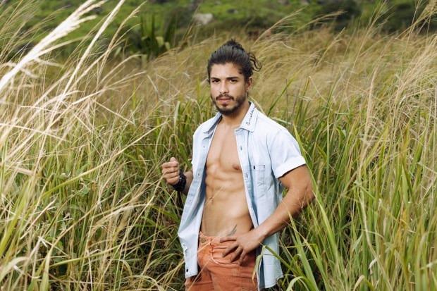 'Já fiquei com homem e não tenho problema nenhum com isso', conta Douglas Sampaio