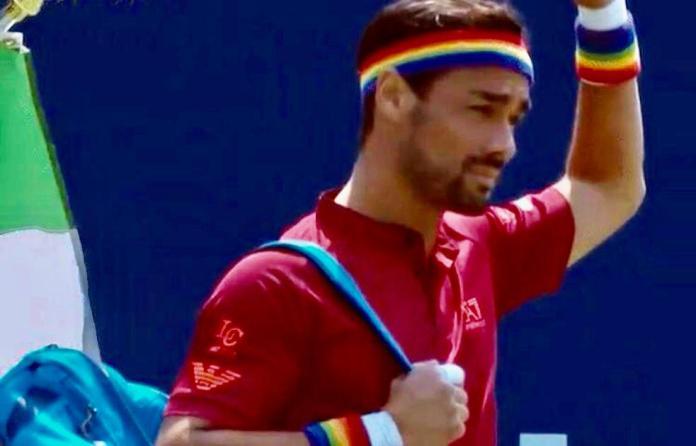 Após comentário homofóbico, tenista olímpico entra na quadra com as cores do arco-íris