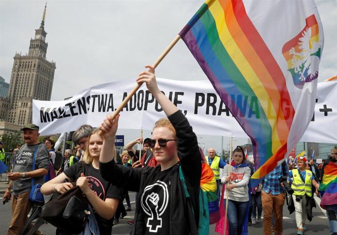 """Cidade polonesa desiste de se declarar """"antiLGBT"""" após pressão da União Europeia"""