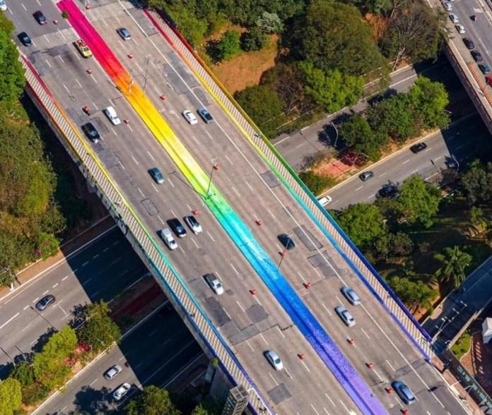 Viaduto Sumaré, em São Paulo, ganha as cores do arco-íris