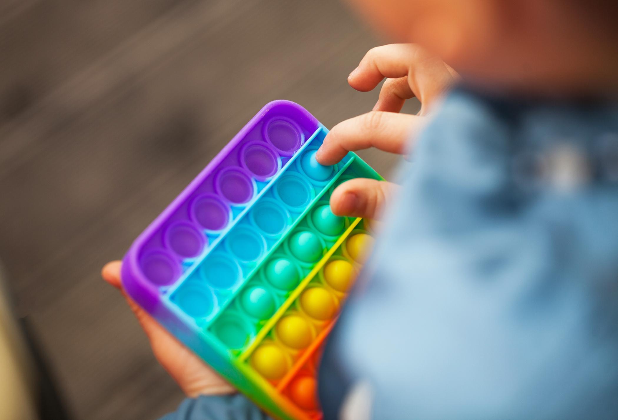 Fundamentalistas se sentem ameaçados por brinquedo que possui as cores da bandeira LGBT+