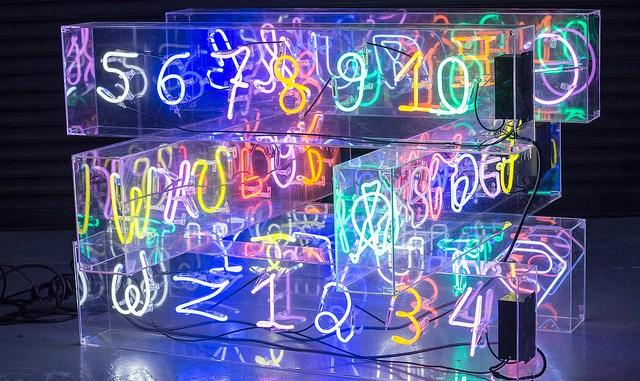 """Cultura Seguir """"Hashtag"""", Ale Jordão. Escultura em acrílico e neon"""