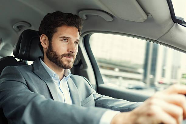 Com a proximidade de feriados, vale a pena verificar se a bandeira e categoria do cartão de crédito oferece a cobertura gratuita na hora de alugar um carro