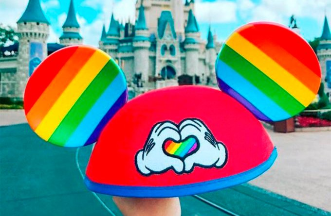 Os parques do Walt Disney World, na Flórida, e Disneyland, na Califórnia, já começaram a vender as orelhinhas do Mickey Mouse em versão 'pride' gay lgbt