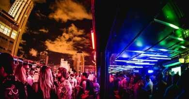 O complexo de nove andares oferece bar, karaokê, restaurante, exposições, cinema, teatro, instalações e, claro, pista de dança. tokyo