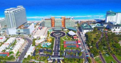 """O grupo de hotéis de luxo RCD Hotels anunciou que seus cinco Hotéis da marca Hard Rock, no México e Caribe, já estão com as portas abertas para o recebimento de hóspedes. Com mais de 70 dias com fechamento temporário, os Hotéis as propriedade Hard Rock Hotel Cancun e Hard Rock Hotel Riviera Maya, foram abertas em junho como parte da reabertura turística na área de Quintana Roo, no México. Também em junho, foram reabertos os Hotéis Hard Rock Hotel Vallarta, localizado no coração da Riviera Nayarit, no México; e o Hard Rock Hotel Los Cabos, no México, localizado nas famosas costas de Cabo San Lucas, um dos 5 municípios do estado de Baja California Sur, que tornou-se um dos destinos turísticos do Pacífico aprovados para receber turistas graças ao selo """"Safe Travel"""" que credencia suas praias com alto padrão de higiene para proteger a saúde dos viajantes contra a pandemia de coronavírus. O último a reabrir foi o Hard Rock Hotel & Casino Punta Cana, que está recebendo visitantes desde o início de julho como parte da reabertura turística da República Dominicana, após o fechamento das fronteiras no país A empresa, com fortes raízes nacionais desde a sua criação, pioneira no conceito all inclusive, tomou a decisão após cumprir todas as medidas preventivas depois de fechar suas instalações em março, com o objetivo de mitigar a propagação do vírus. """"A implementação de protocolos operacionais aprimorados, além dos padrões de saneamento existentes internacionalmente reconhecidos e rigorosamente aplicados em nossas propriedades, permitiu a realização desse reavivamento turístico, um passo importante para o bem-estar de nossos hóspedes e colaboradores"""", afirmou um comunicado da cadeia. Hotéis RCD. Para as reaberturas, a RCD Hotels, anunciou a implementação de protocolos operacionais aprimorados - além dos já reconhecidos internacionalmente -, e rigorosamente impostas normas de saneamento para os hotéis all-inclusive. Cada empreendimento desenvolveu um plano abrangente e aprimorado"""