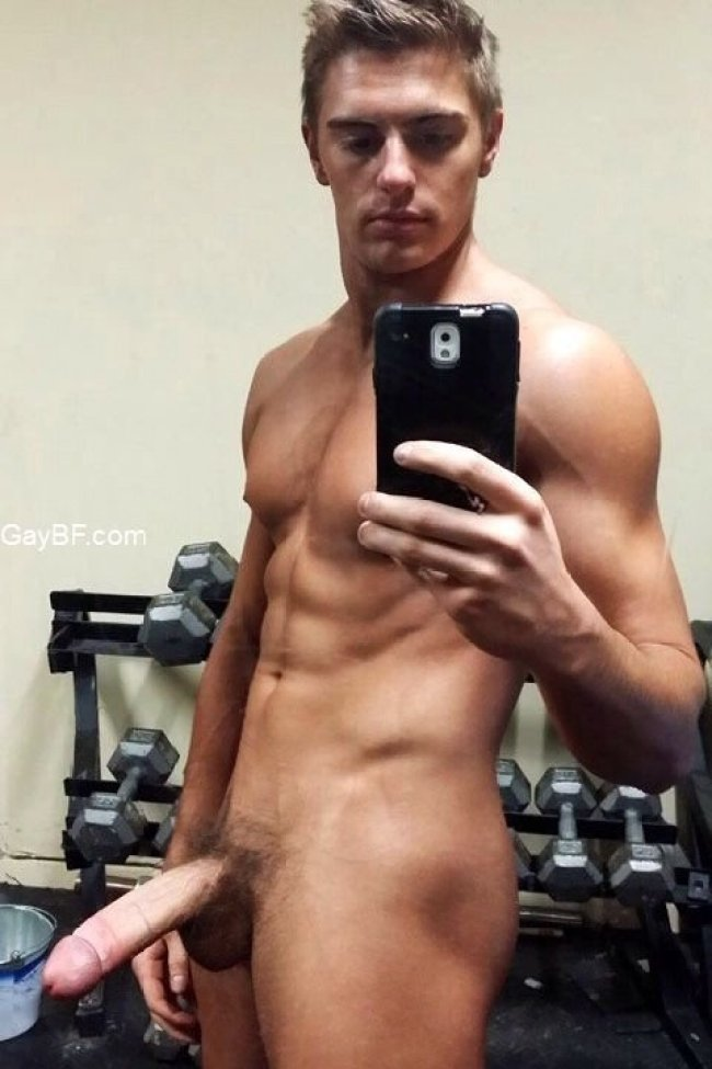 Super hot man muscle stud takes some naked selfies in the gym
