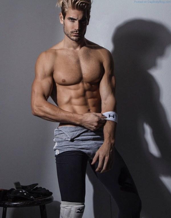 Guapo modelo de jock Lucas Bloms sin camisa